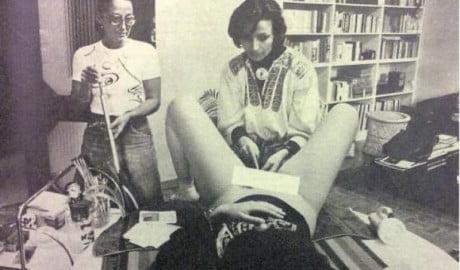 Emma Bonino (che non è medico) mentre pratica un aborto