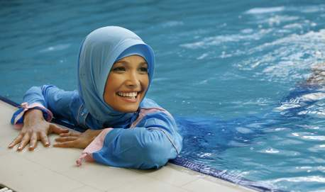 jeune femme, presentation de collection de maillots de bain - burkini - pour femme musulmane<br />religion, islam, voile *** Local Caption *** A young model in a Hasema swimsuit poses in a hotel lobby. Swimwear designer Hasema manufactures modest yet fashionable outfits which allow Muslim women to bathe in comfort whilst remaining covered-up.