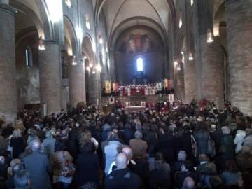 Il Duomo di Lodi gremito di persone per i funerali di Giovanni Sali, il carabiniere di quartiere ucciso sabato scorso durante un giro di pattuglia, 07 novembre 2012. ANSA/ FABRIZIO CASSINELLI