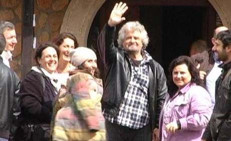 Il leader del M5S Beppe Grillo accoglie i parlamentari a Villa Valente che si trova in localita' Tragliata , vicino Fiumicino, 5 aprile 2013.<br /><br /> ANSA/GIUSEPPE LAMI