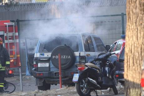 ++ CALCIO: VIOLENZA A LECCE, INCENDIATA AUTO POLIZIA ++