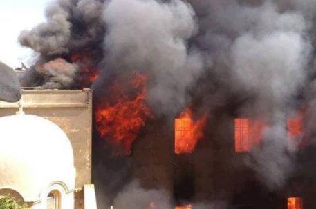 Egitto, Minia - incendiata la chiesa di St. Tadros