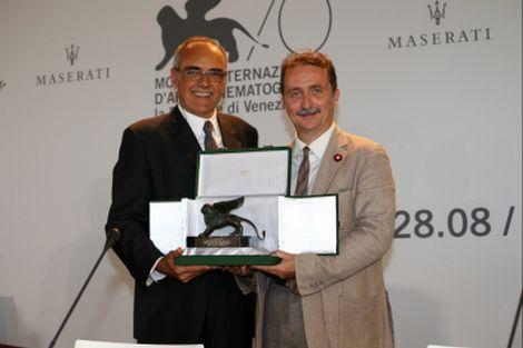 Il Direttore della Mostra Alberto Barbera premia il Direttore della Cineteca Gian Luca Farinelli