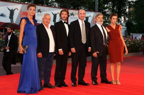 La delegazione (con Antonio Albanese) sul red carpet del film L'intrepido