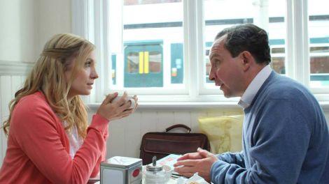 "Joanne Froggatt ed Eddie Marsan in una scena del film ""Still Life"""