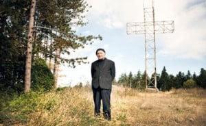 Don Dario Zanni davanti alla Croce di Monte Venere di Monzuno