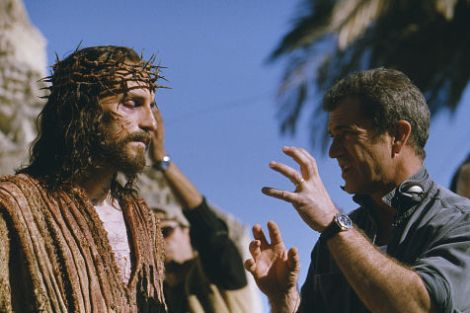 """Jim Caviezel e Mel Gibson sul set del film """"La passione di Cristo"""""""