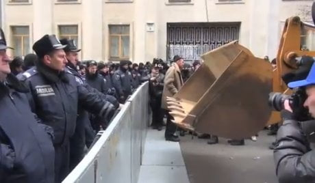 Manifestanti attaccano la polizia con i bulldozer