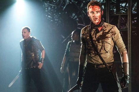 """Tom Hiddleston in una scena dello spettacolo """"Coriolanus"""""""