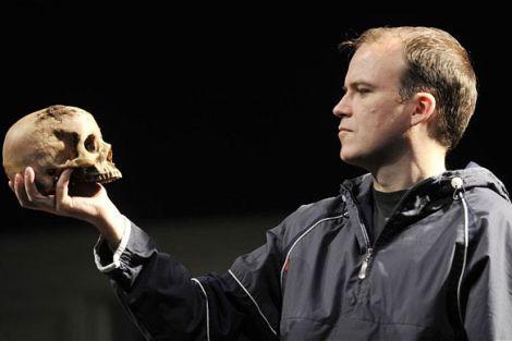 """Rory Kinnear in una scena dello spettacolo """"Hamlet"""""""