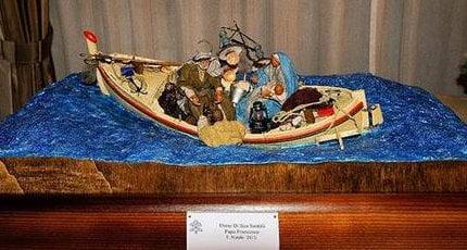 Papa dona presepe su barca a Lampedusa