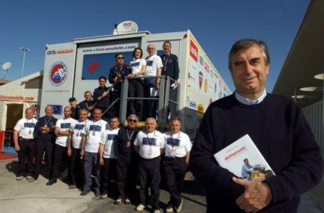 Claudio Costa con i medici della Clinica mobile