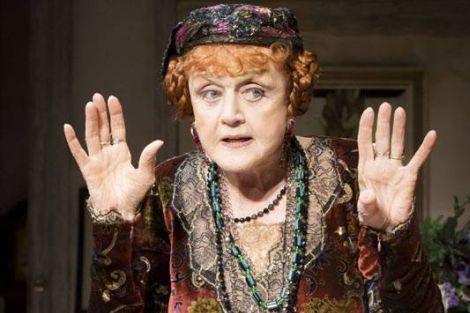 """Angela Lansbury in una scena dello spettacolo """"Blithe Spirit"""""""