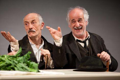 Peppe e Toni Servillo in una scena dello spettacolo Le voci di dentro