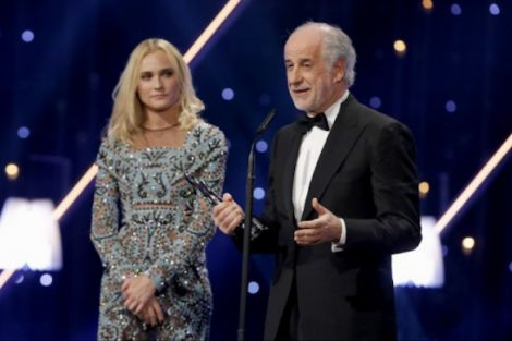 Toni Servillo con lo European Film Award per il migliore attore