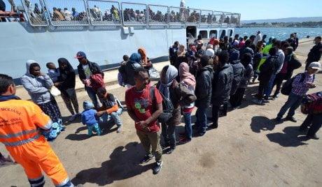 Augusta, in atto le operazioni di sbarco di migranti giunti a bordo della Sirio