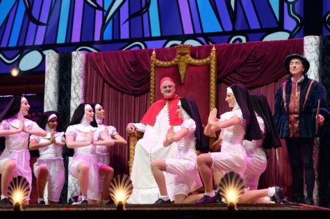 John Cleese ed Eric Idle in una scena dello spettacolo