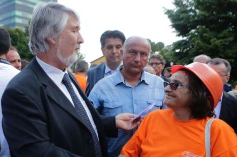 Il Ministro del Lavoro Giuliano Poletti e una lavoratrice della Cesi