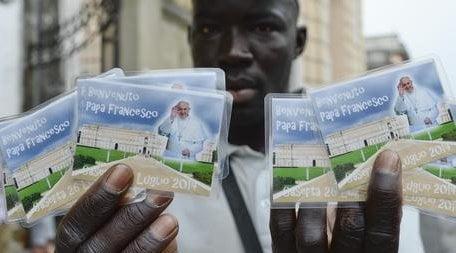 foto ansa - extracomunitario vende gadget in occasione della visita del Papa Francesco a Caserta