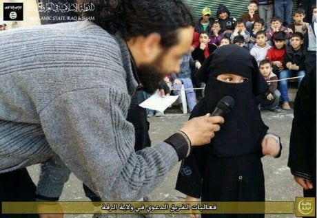 Raqqa, bambina col niqaab