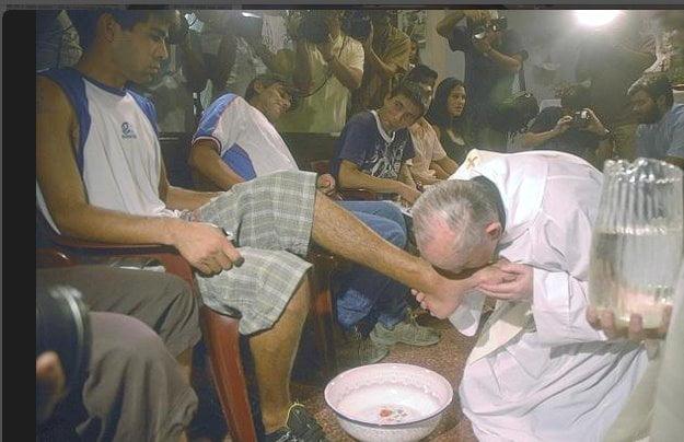 Il papa lava e bacia i piedi dei musulmani