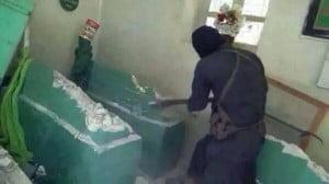 """Jihadisti Isil distruggono a picconate la statua del profeta Giona. Qualcuno ancora dice """"la diversità è ricchezza""""..."""