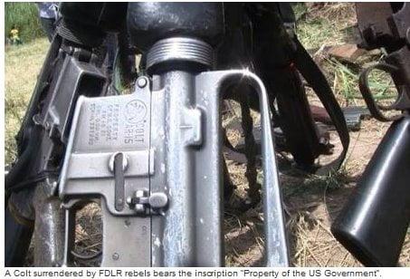 """Una pistola consegnata dai ribelli delle FDLR reca l'iscrizione """"proprietà del governo degli Stati Uniti""""."""