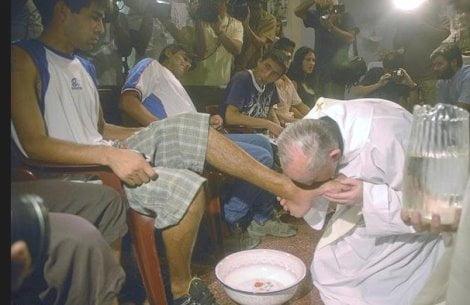 Bergoglio bacia i piedi a un musulmano