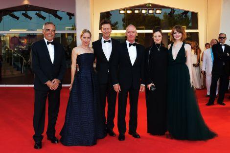 Il Direttore della Mostra Alberto Barbera e il cast di Birdman sul red carpet