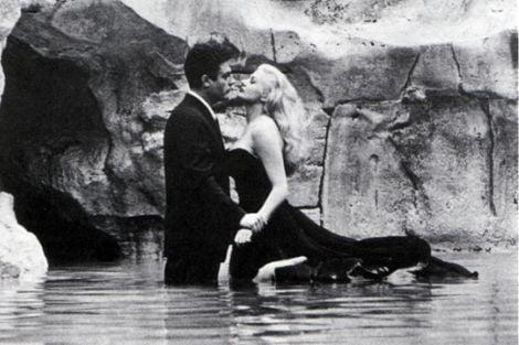 Marcello Mastroianni e Anita Ekberg sul set del film La dolce vita di Federico Fellini