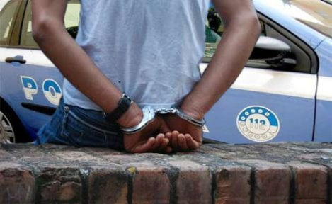 mostra i genitali arrestato
