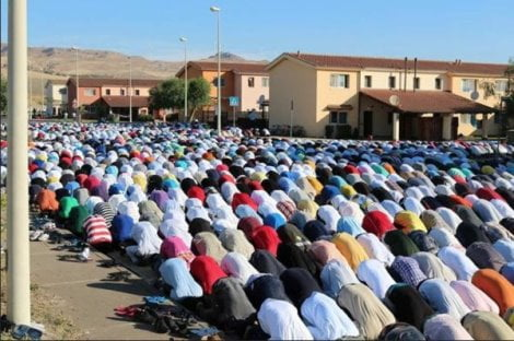 Preghiera islamica nel centro di accoglienza di Mineo