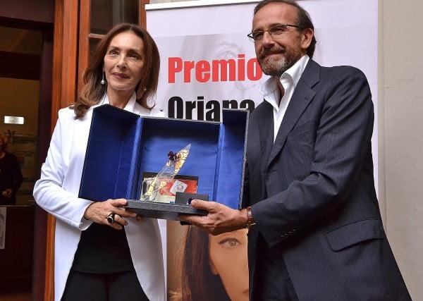 RIccardo Nencini consegna il Premio Oriana Fallaci assegnato da Una via Per Oriana a Maria Rosaria Omaggio