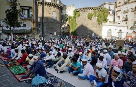 Una delle piazze, gremite di fedeli dell'Islam, dove le due comunita' islamiche celebrano oggi la Festa del Sacrificio riunendosi in preghiera, Napoli, 4 ottobre 2014