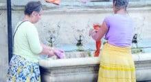 Rom lavano i panni nella vasca con fontana del Tabernacolo delle Fonticine