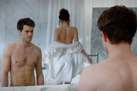 Dakota Johnson e Jamie Dornan in una scena del film Fifty Shades of Grey
