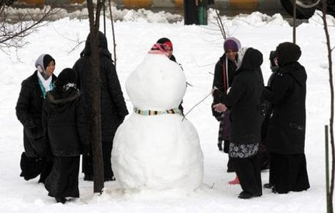 Jordanians make the most of snowy conditions