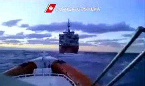 Frames video  twitter Personale della Guardia Costiera a bordo del mercantile alla deriva con 700 migranti