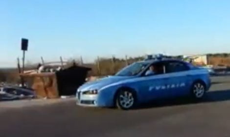 nomadi-su-auto-polizia