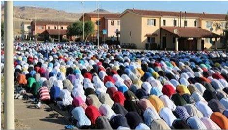 preghiera islamica al centro di Mineo