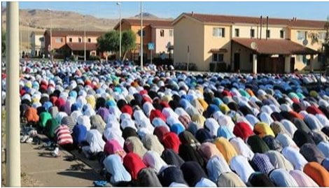 IMMIGRATI: preghiera islamica al Cara di Mineo