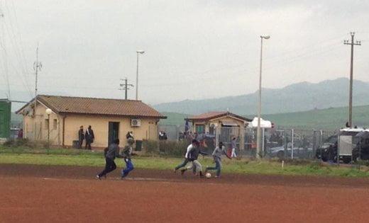 Campo di calcio al cara di Mineo