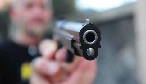 mascherina abbassata pistola