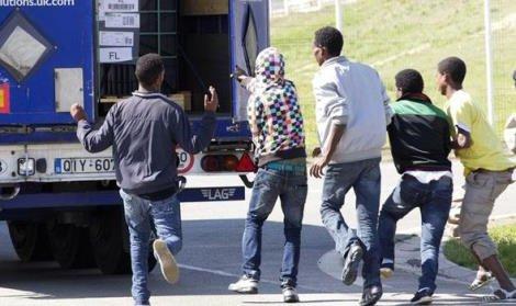 Clandestini assaltano i tir a Calais