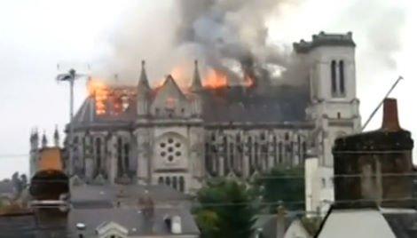 nantes-chiesa-brucia