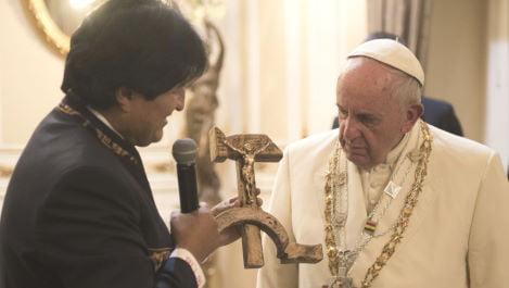 Morales dona al papa  una singolare falce e martello con il Crocifisso sul manico