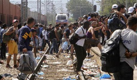 Macedonia: scene drammatiche immigrati che assaltano treni