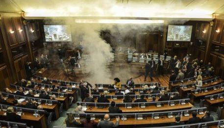 Kosovo l opposizione sparge gas lacrimogeno in parlamento for Oggi in parlamento