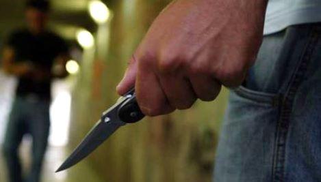 armato di due coltelli