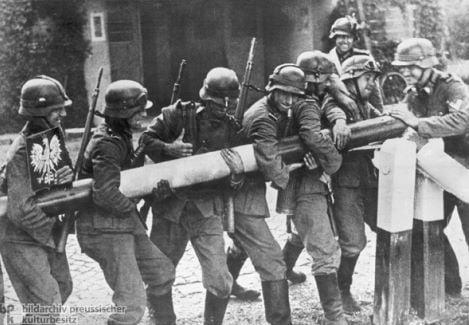 Deutsche Soldaten demontieren einen polnischen Grenz-Schlagbaum